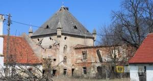 Renesansowy dwór w Lisich Kątach z wieżą neogotycką