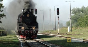 Lokomotywa parowa Ol49-69 wjeżdża na peron w Paczkowie