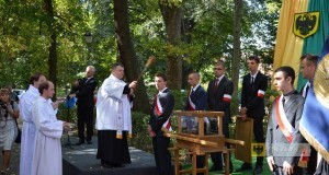 Poświęcenie urny z ziemią katyńską. Foto: UM Paczków