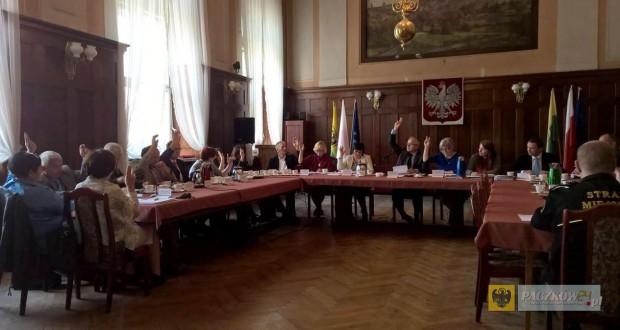 Głosowanie nad uchwałą w sprawie powołania Rady Seniorów. Foto: Fundacja Plan B