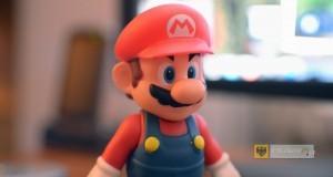 """""""Super Mario figurine toy"""" autorstwa Sergey Galyonkin - Licencja CC BY-SA 2.0 na podstawie Wikimedia Commons"""