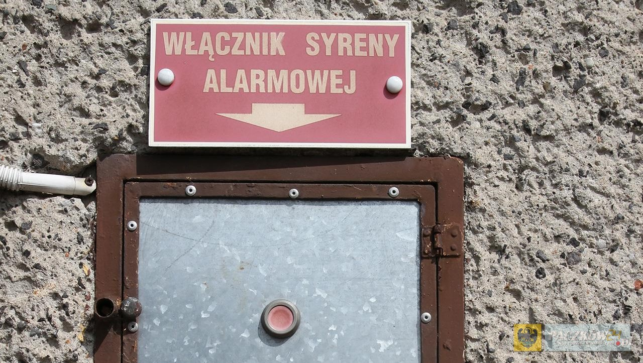 """Włączik syreny alarmowej na budynku OSP - Przyprostynia - 000727c"" by Agata Stanisz - http://cyfrowearchiwum.amu.edu.pl/archive/4839. Licensed under CC BY-SA 3.0 pl via Wikimedia Commons."
