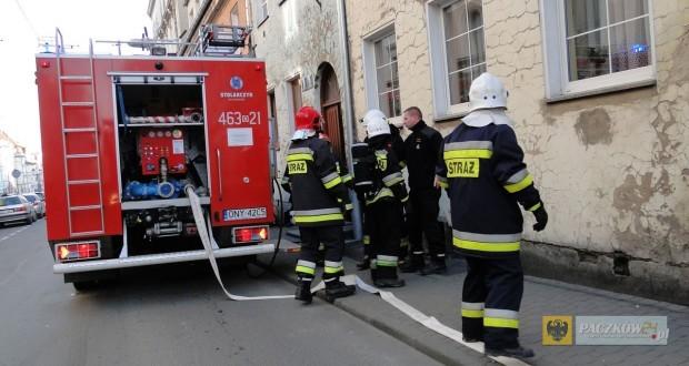 Strażacy znaleźli ciało mężczyzny w zadymionym mieszkaniu