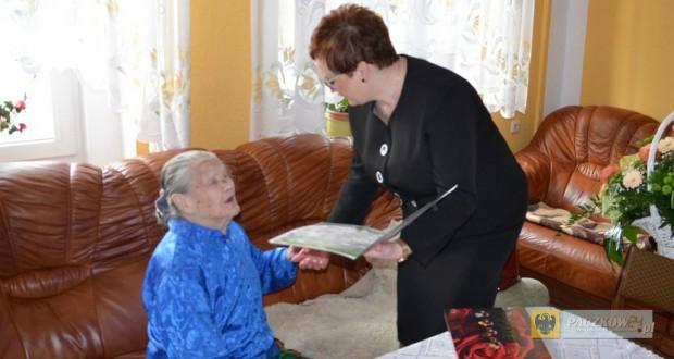 Pani Maria Grociak - najstarsza mieszkanka powiatu nyskiego. Foto: UM Paczków