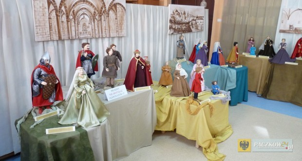 Wystawa lalek w paczkowskiej bibliotece. Foto: Czesław Pajkosz