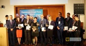 Prezes Famadu Mieczysław Fluder (szósty od lewej) odebrał nagrodę dla pracodawcy roku. Foto: Powiat Nysa