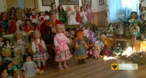 Janina Mączyńska i jej lalki. Foto: seniorzypaczków.pl
