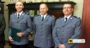 Nowy komendant paczkowskiej policji kom. Janusz Mormul (z lewej) i odchodzący - podinsp. Dariusz Dregan (w środku). Foto: archiwum UM Paczków, 2013 r.